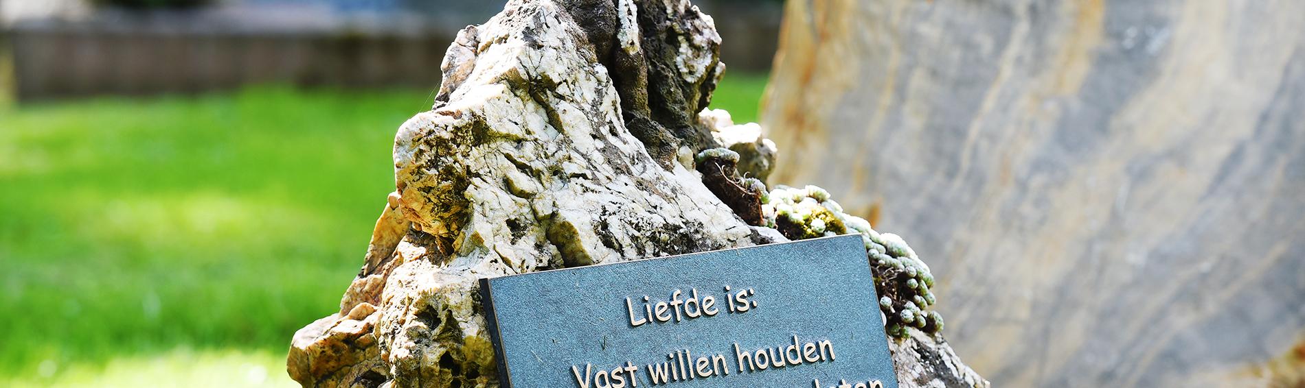 Natuurlijk grafsteen, grafmonument | Ariës Natuursteen