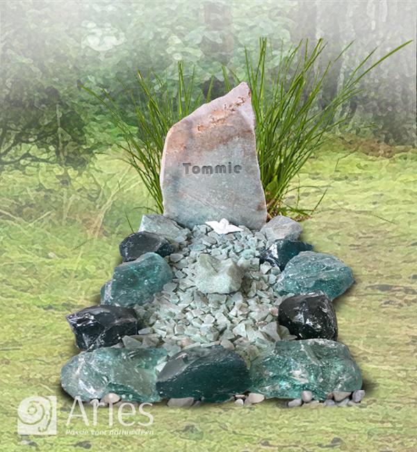 Kindergraf met ruwe steen en glazen rotsblokken